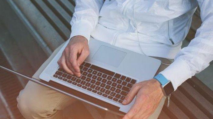 Kebiasaan ini Bahaya Dilakukan Saat Kamu Sedang Bermain Laptop